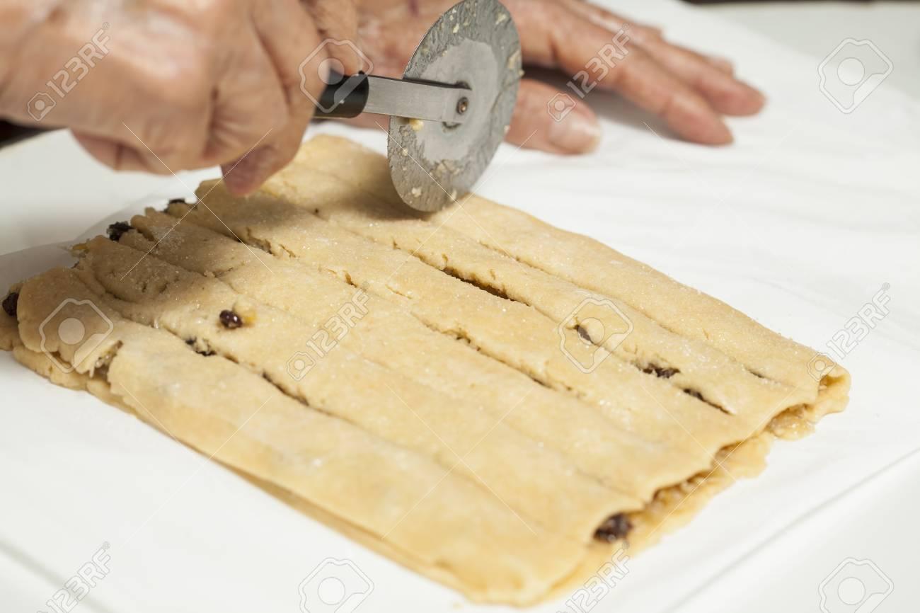 Couper Noix De Coco couper la noix de coco remplie de bâtons banque d'images et photos