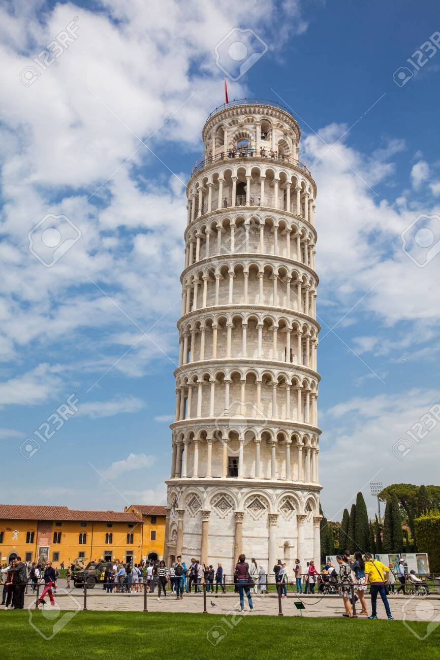 Tourists at the Leaning Tower of Pisa in a beautiful early spring day - 126696196