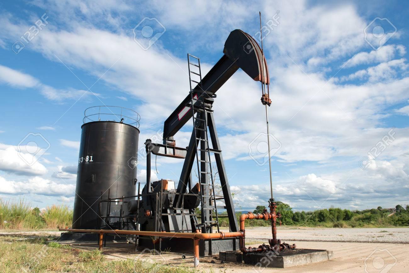 油井から原油をポンプ Pumpjack ...