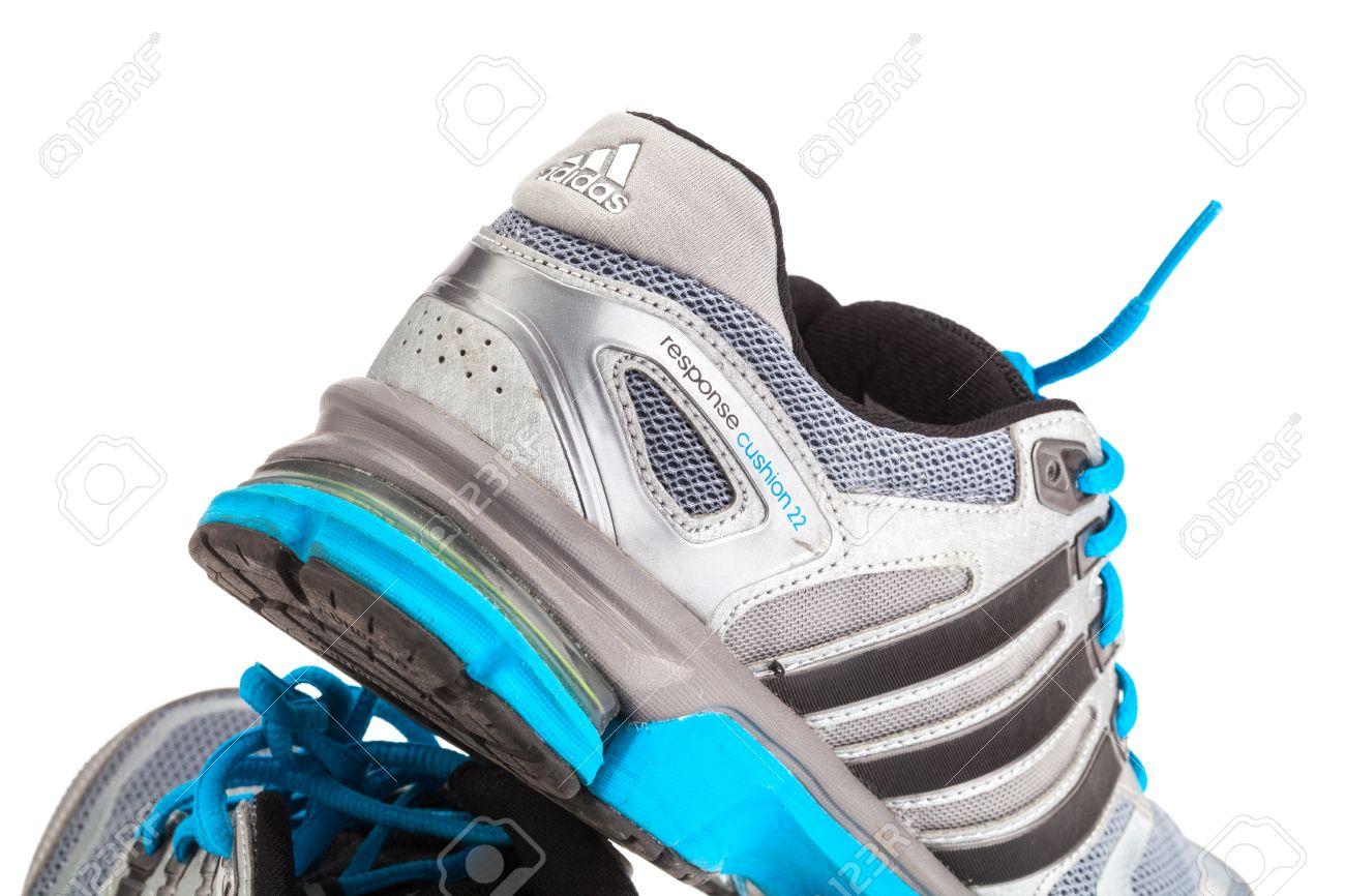 27 januari 2015 THAILAND: loopschoenen van het merk 'Adidas' op geïsoleerde witte achtergrond