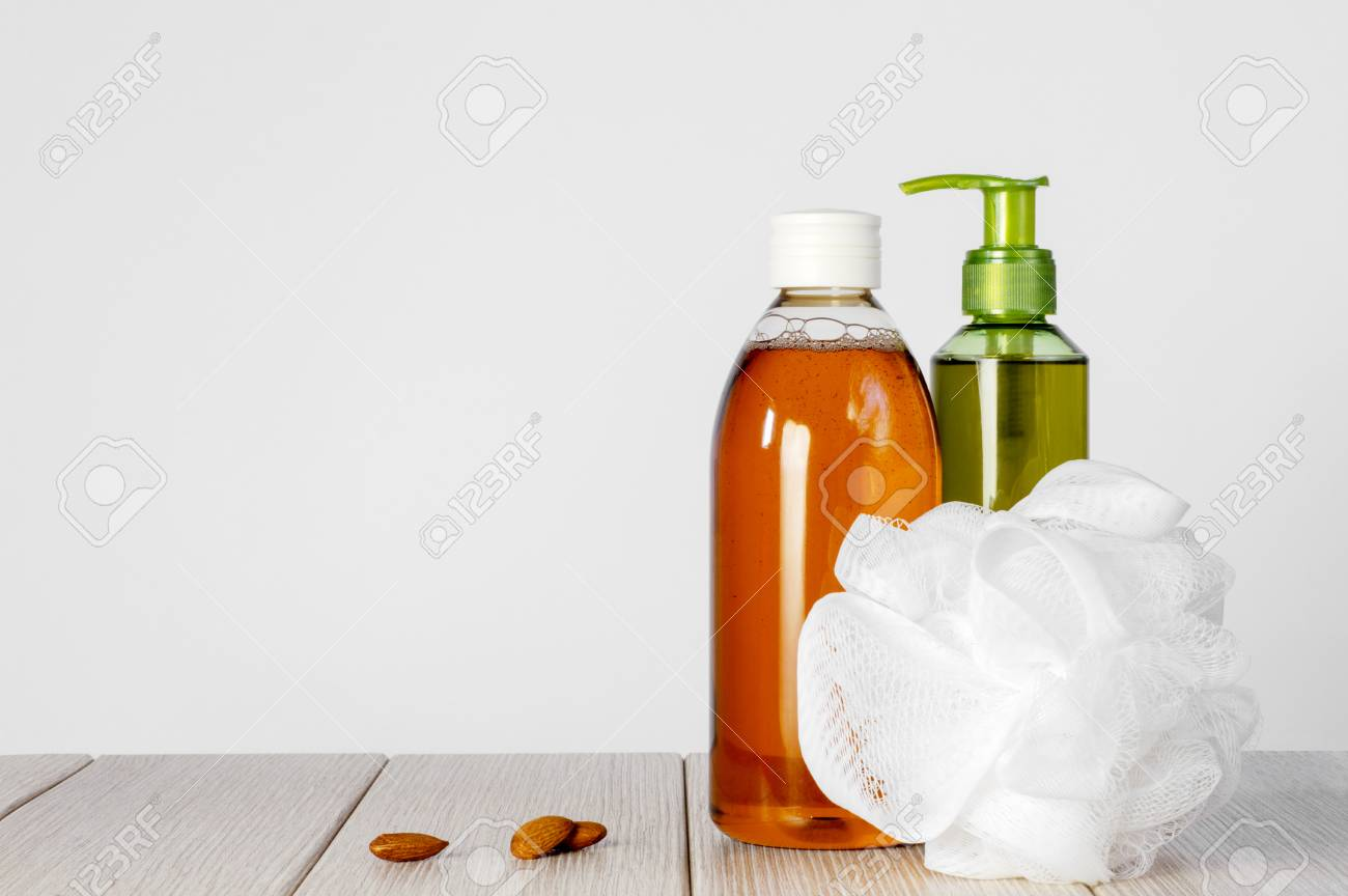 Composition with plastic bottles and mesh shower sponge for body care and beauty products - 112033055