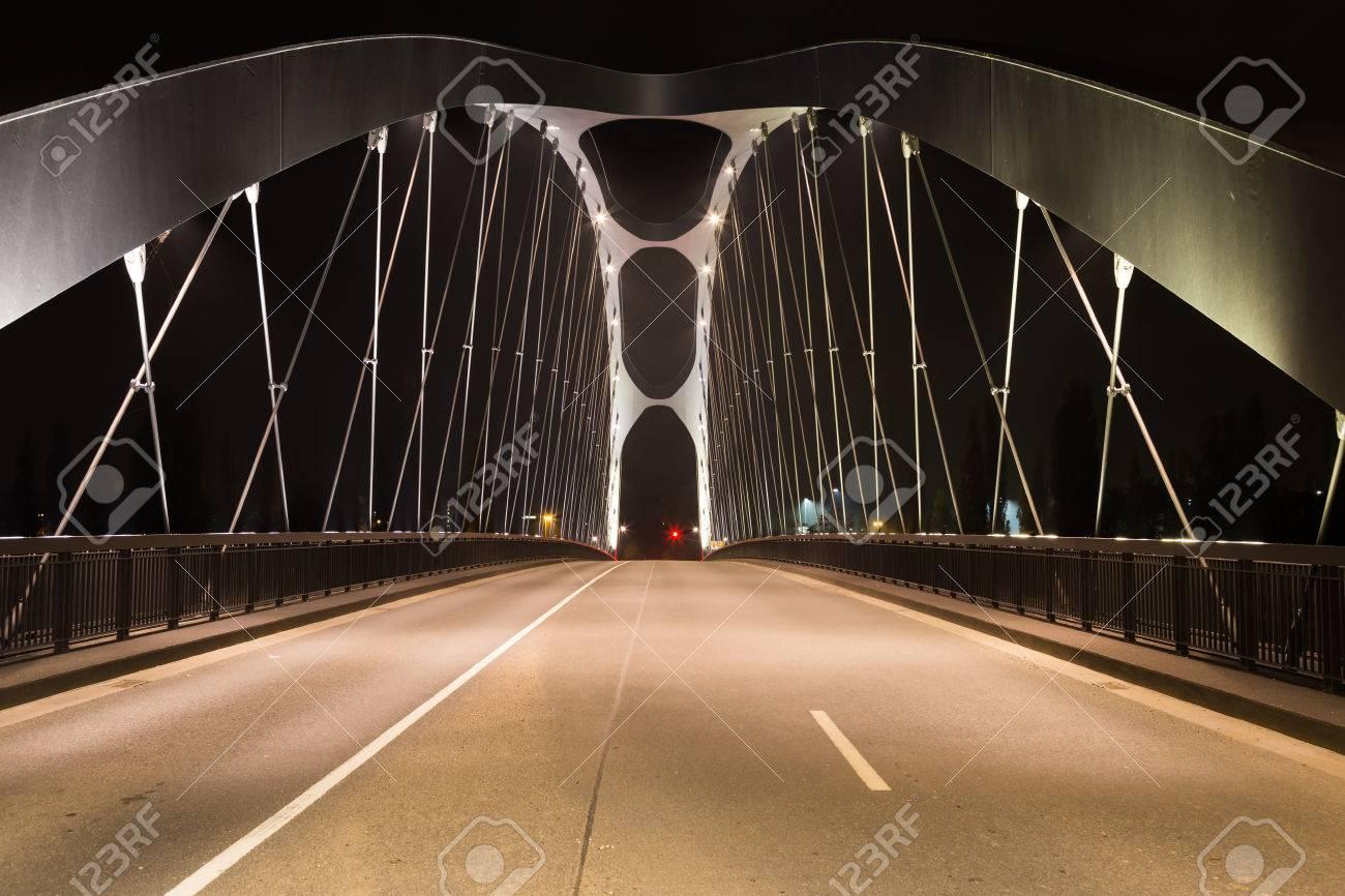 Moderne Brucke Uber Den Fluss Main Beleuchtet Von Lampen In Der