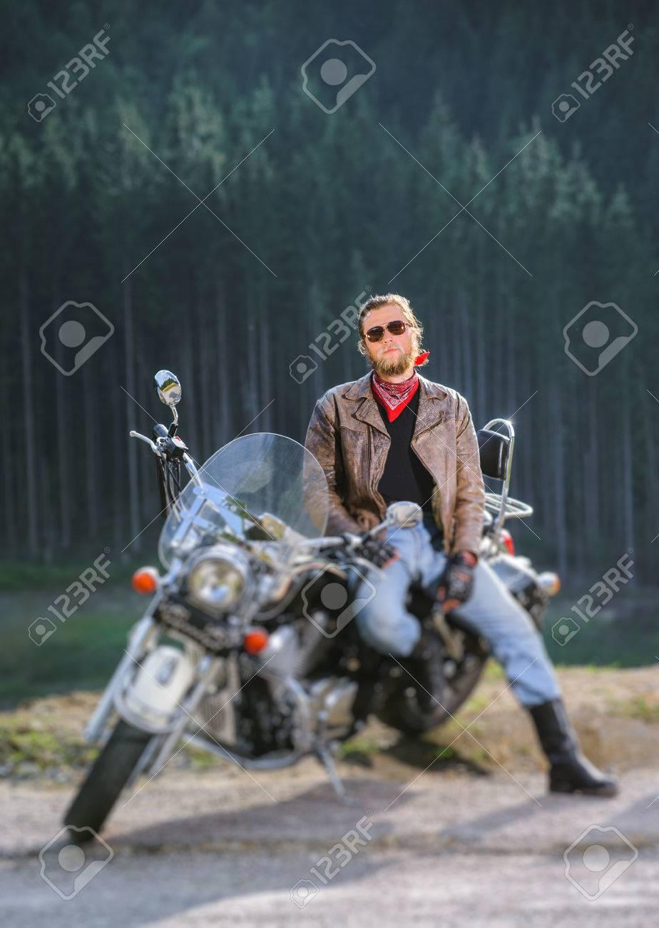 Ciclista Guapo Sentado En Su Motocicleta Por Encargo Crucero En Un ...