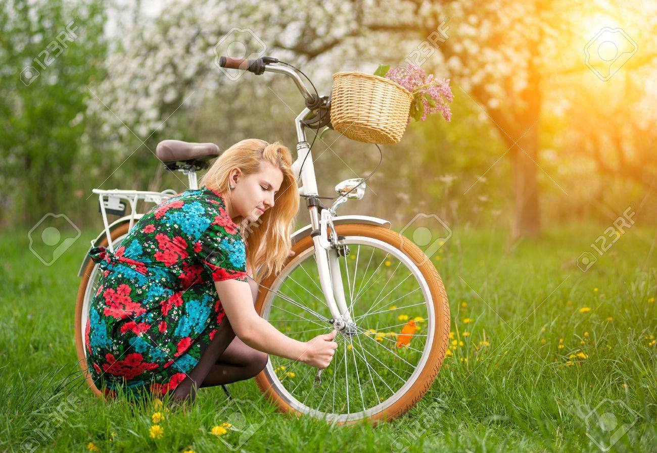 En Réparant Robe Blonde Sa Fleurie Femme Jeune Bicyclette Vintage PUqWEz