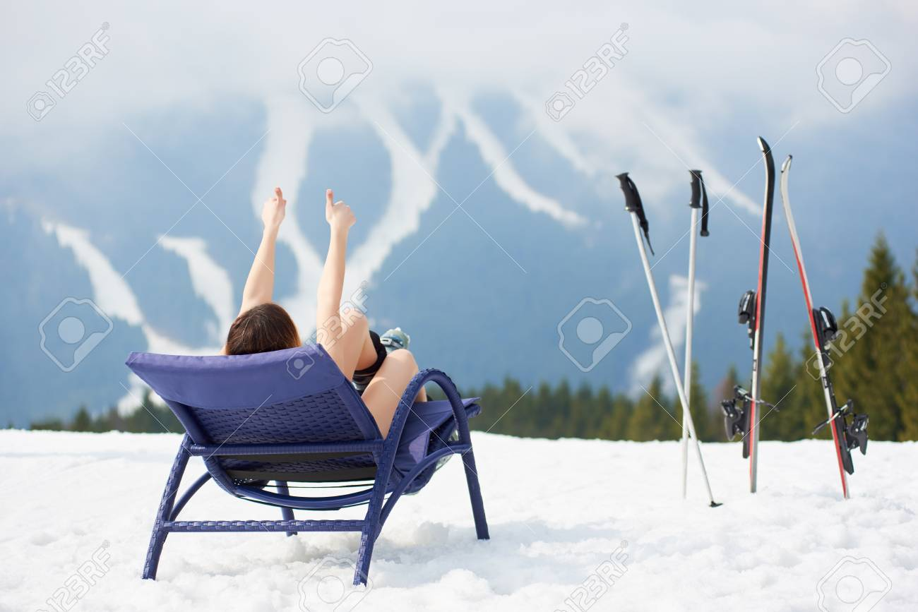 Arrière De Sur Une Bâtons Bleue Le Les Près Skis Station Skieuse HautAppréciant Pouces Chaise Et Vers Vue Longue La Des À Montrant rQxtsdCBh