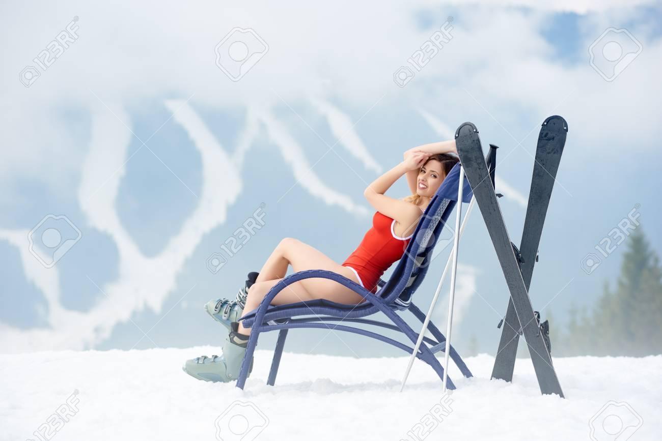 À Et Jeune Corsage RougeBénéficiant Près Station De Chaise Des La Ski Femme Skis Portant Skieuse Belle Longue Une Un Sur Bâtons BeorCWdx