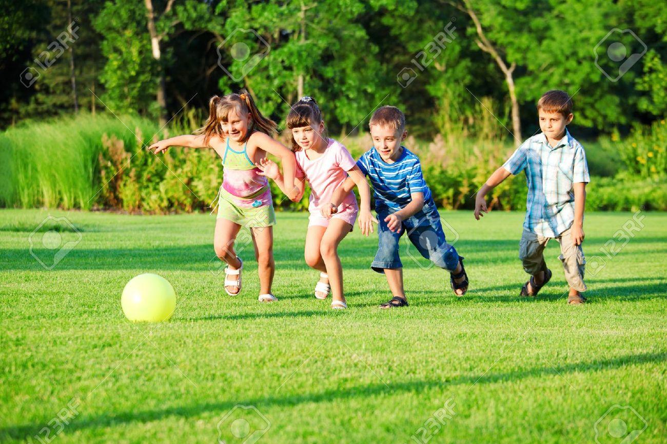 裏庭でボールと遊ぶ子供たちのグループ ロイヤリティーフリーフォト