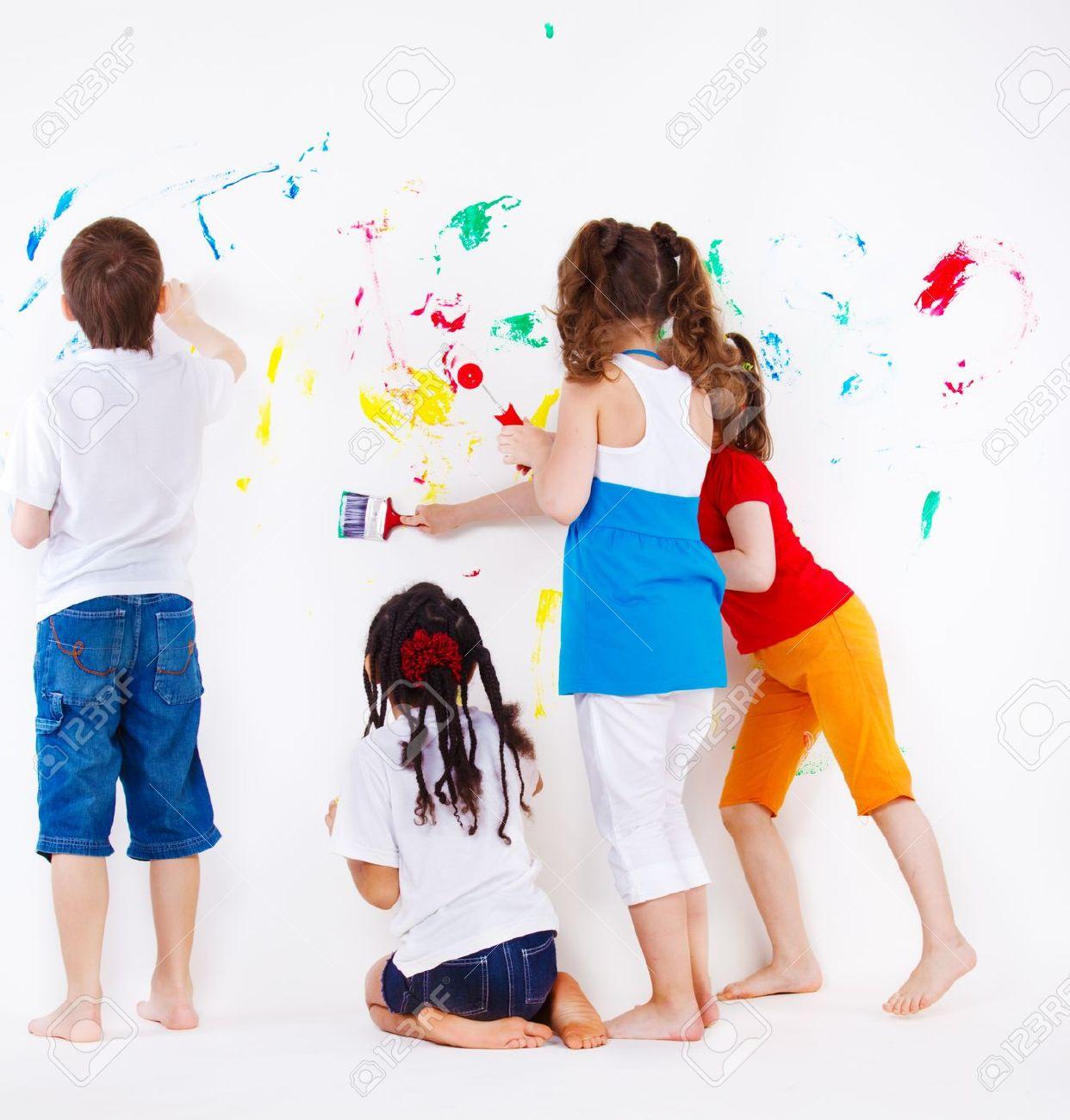 Cuatro Elemental De Años A Niños Pintando La Pared Fotos, Retratos ...