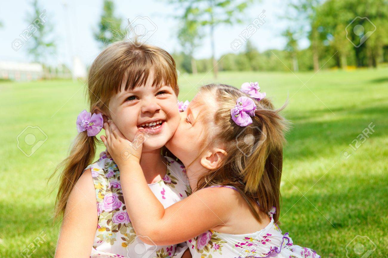 Сестра целовала ноги сестре