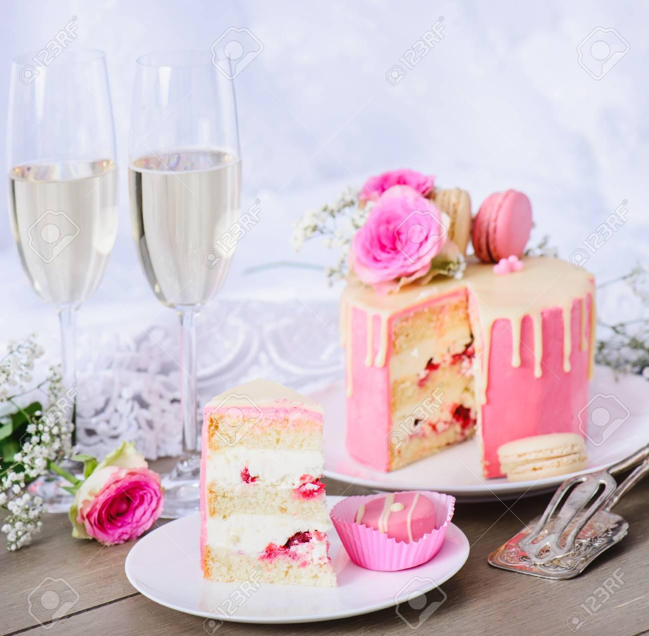 Hochzeitstorte Mit Rosa Zuckerguss Und Weisser Schokolade Ganache