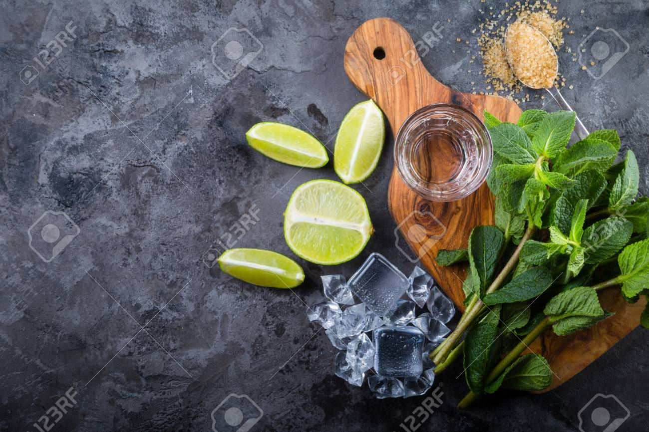 Mojito cocktail and ingredients Stock Photo - 75843200