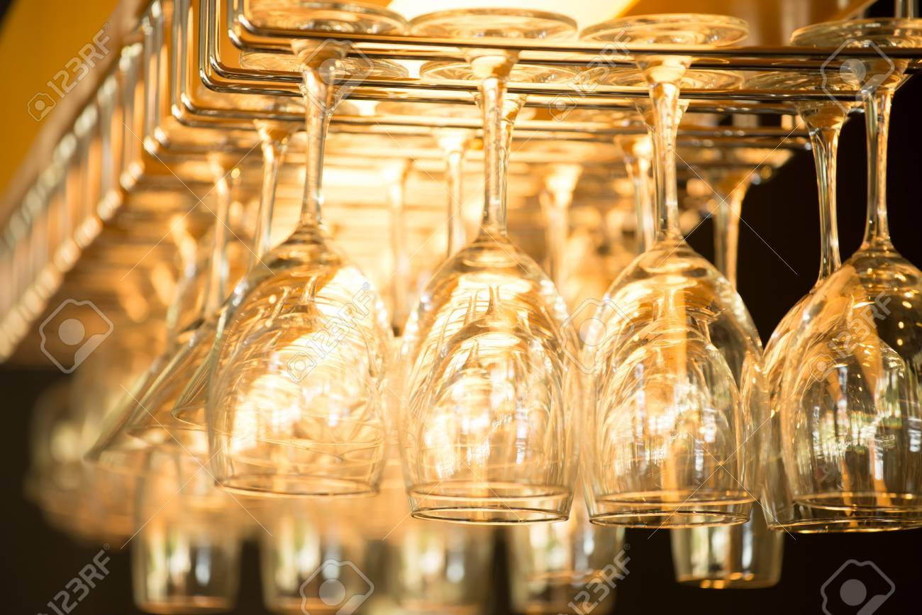 Leere Gläser Für Wein über Eine Bar-Rack Lizenzfreie Fotos, Bilder ...