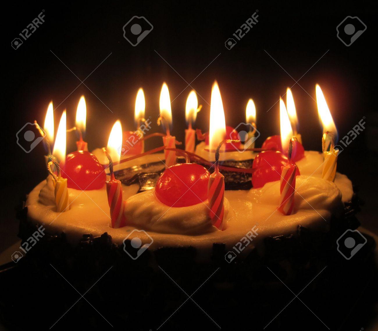Gâteau Danniversaire De Cerise Avec La Lumière Des Bougies Dans Lobscurité