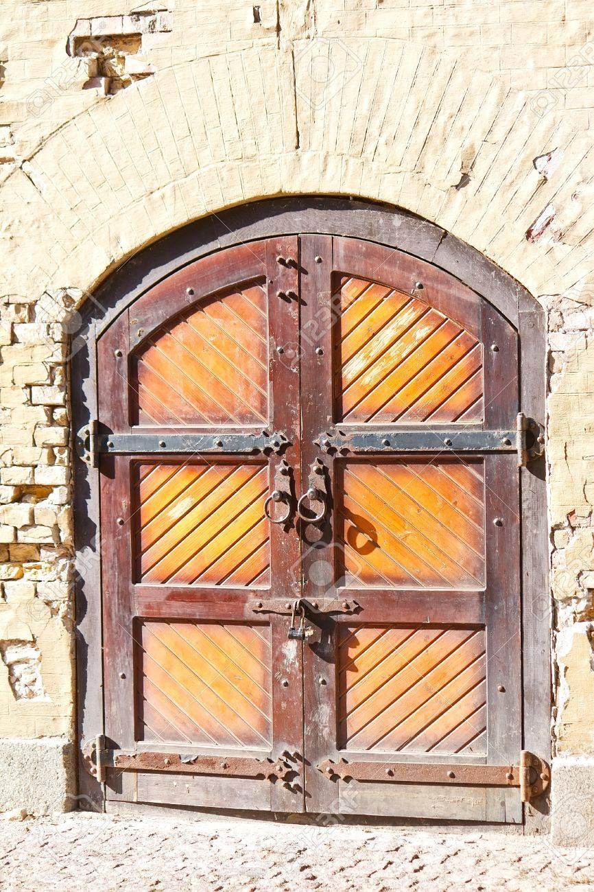 Vieux Portail En Bois portail fermé en bois vieux de caponnière