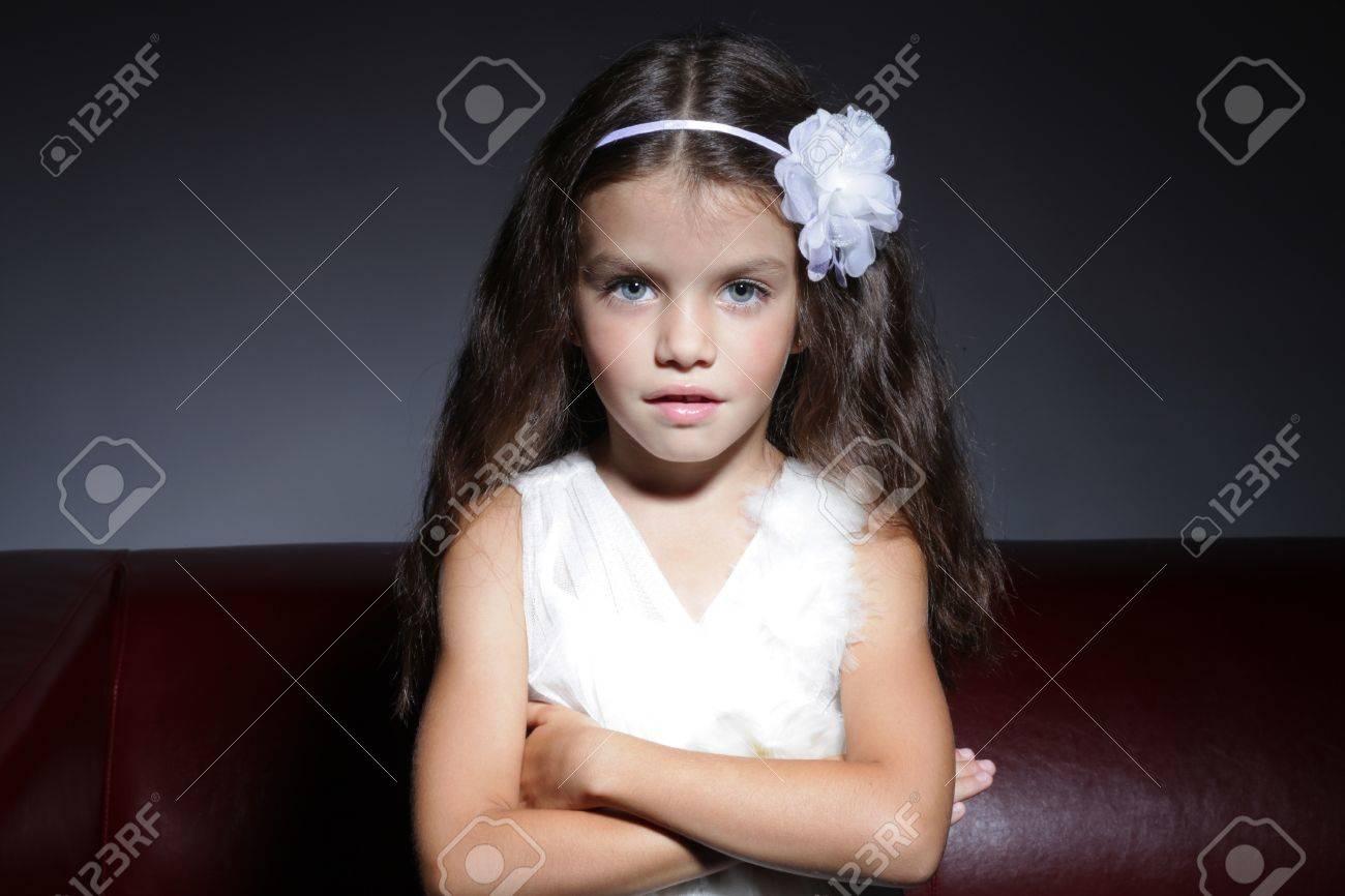 Junge zierliche kleine Mädchen Nudist Schmerz
