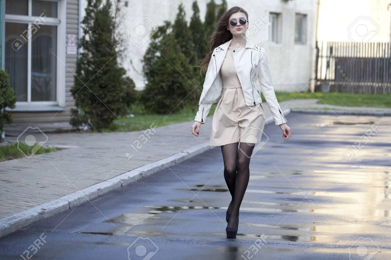 Joven Y Bella Mujer Caminando Por La Calle Fotos, Retratos ...