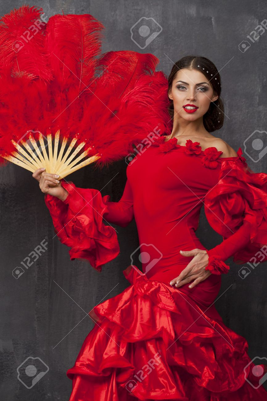 095641543 Foto de archivo - Sexy Mujer tradicional bailarín baile flamenco español en  un vestido rojo con ventilador