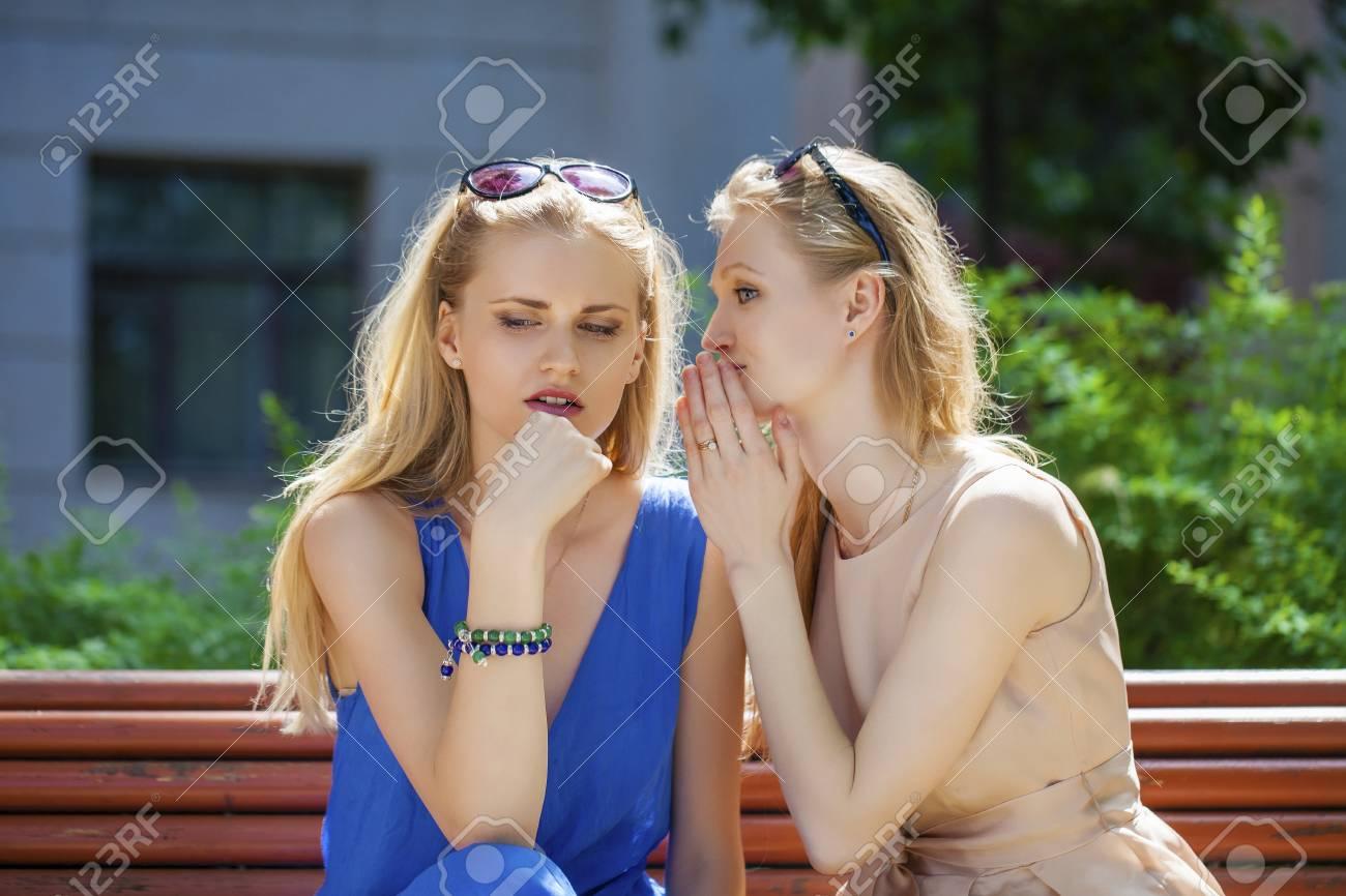 94dd946b5e0b Close up retrato de dos mujeres hermosas jóvenes en secreto el Parque de  verano verde