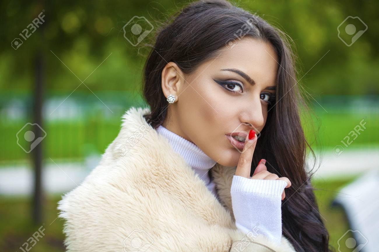 Fille Arabe portrait de attractif fille arabe avec le doigt sur les lèvres, le