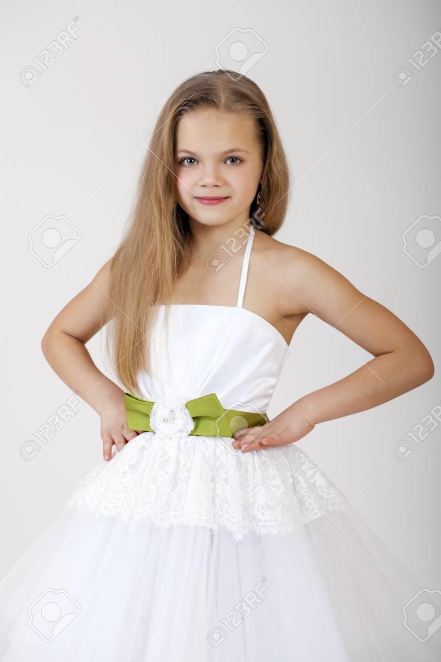 Portrait D Une Petite Fille En Robe Blanche Classique Isole Sur Fond Gris Banque D Images Et Photos Libres De Droits Image 50817583