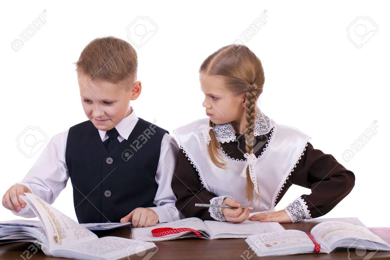 Un couple d élèves de l école primaire assis à un bureau isolé
