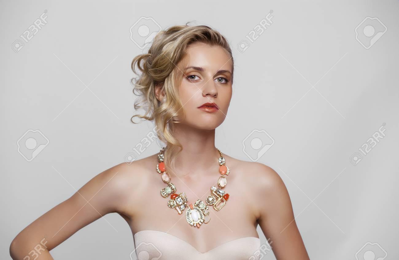 98b135da13f1 Archivio Fotografico - Giovane bella ragazza bionda con un taglio di  capelli da sposa. Ritratto della sposa su una priorità bassa bianca isolata