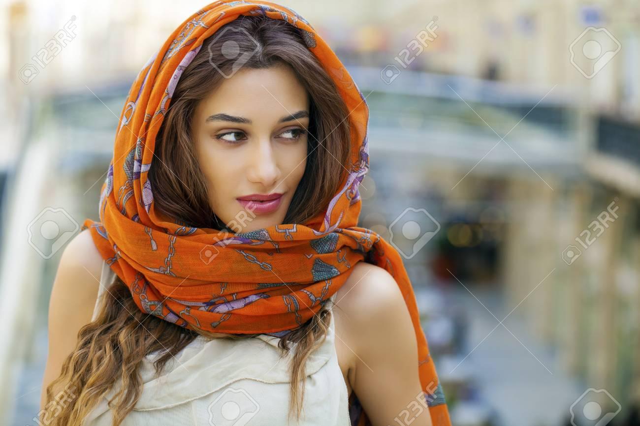 9ca5485b33e Banque d images - Close up portrait d une jeune femme musulmane portant un  foulard sur la tête