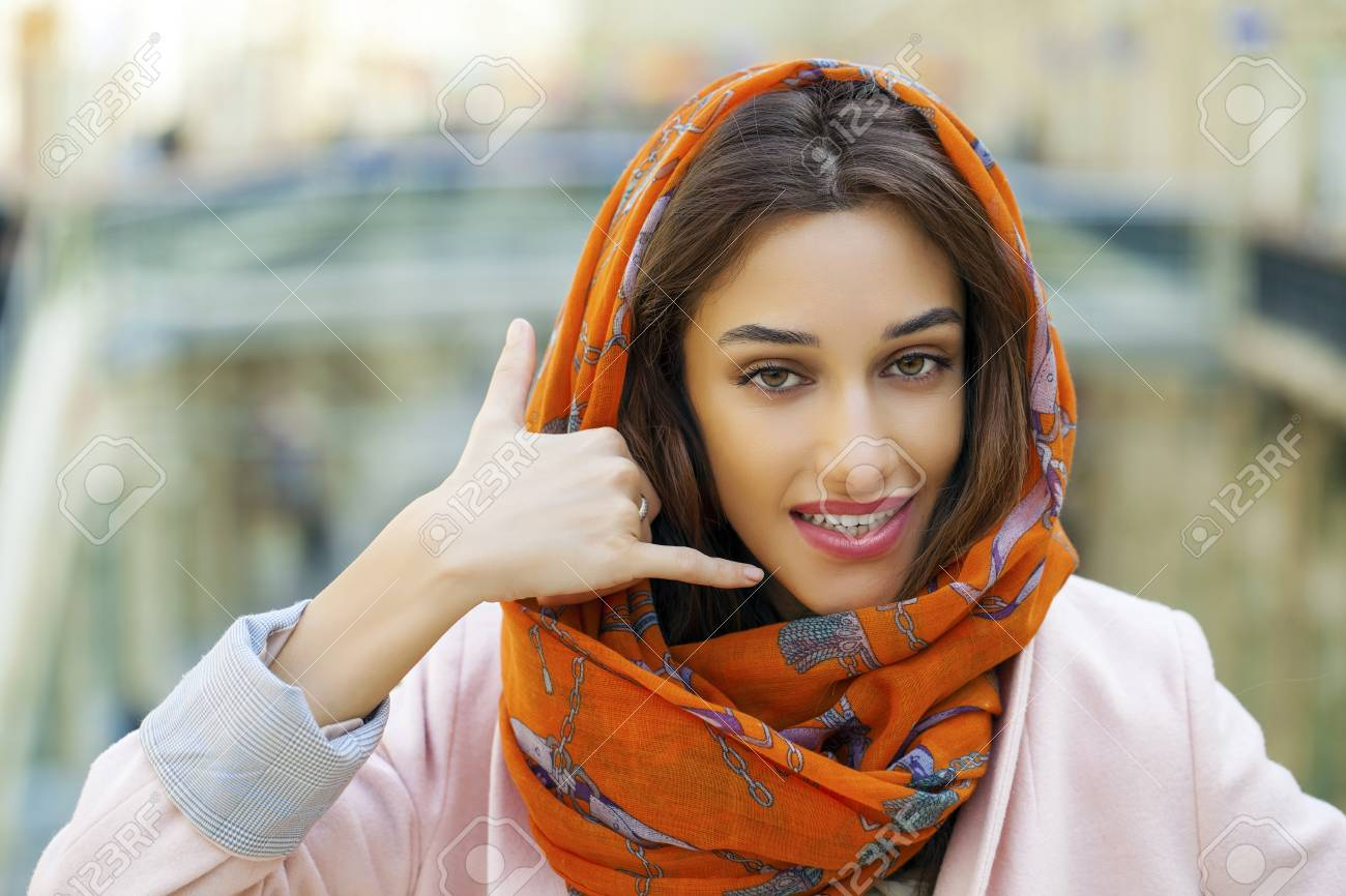 Fille Arabe belle femme brune faisant un geste appelez-moi. jeune fille arabe en