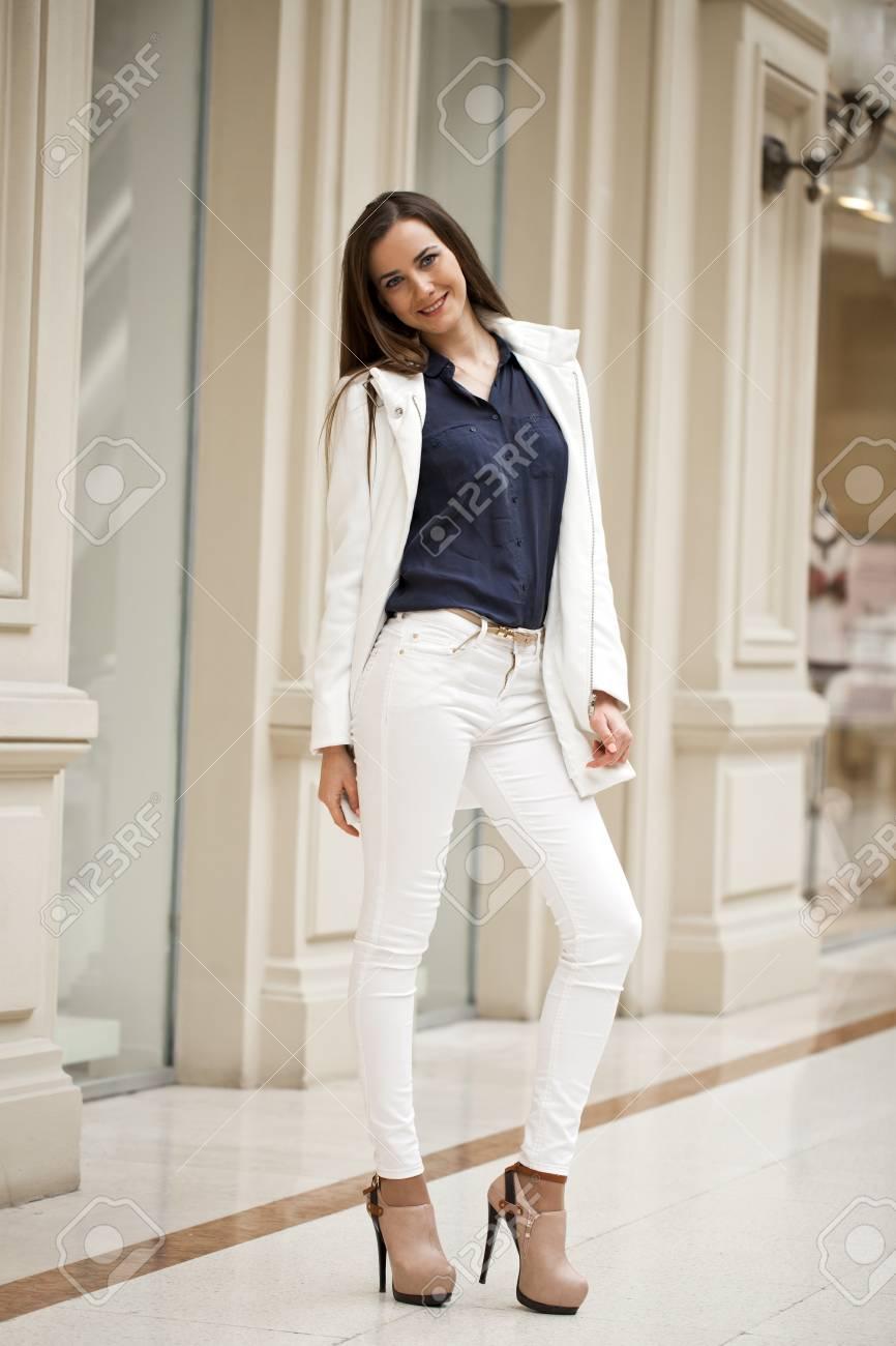 Moda Joven Morena Tienda En Mujer Modelo Posando De Retrato La qtxfPXE caed6c5e9805
