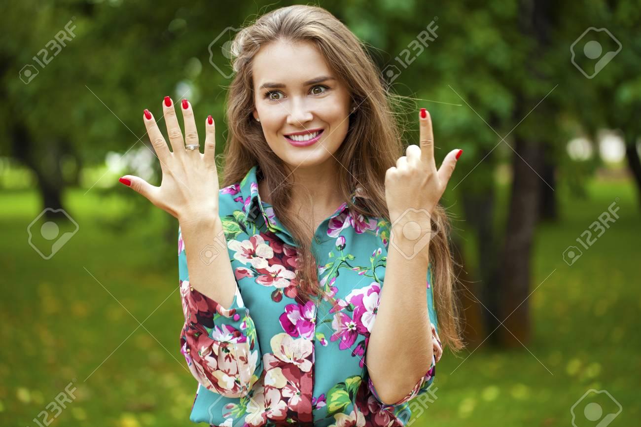 Junge Schone Brunette Frau Die Ihren Verlobungsring Zeigt