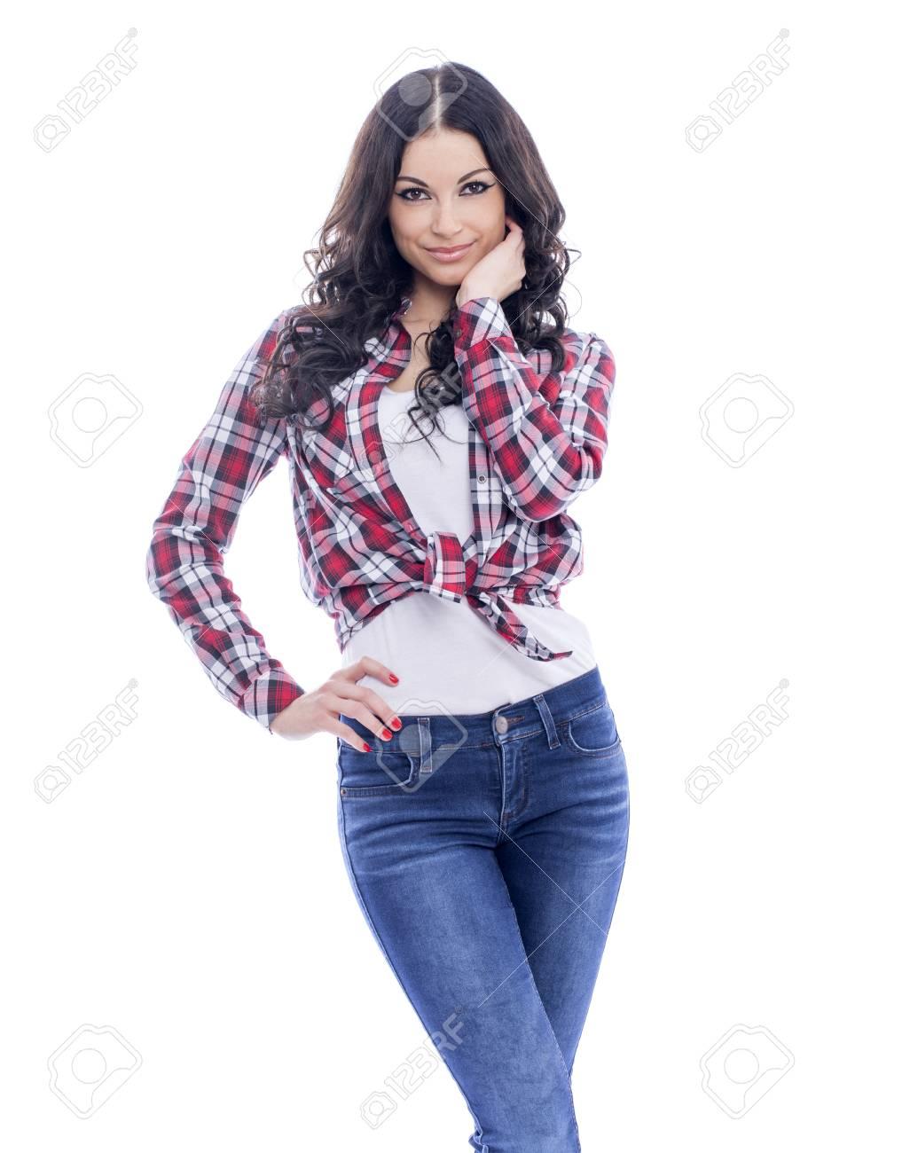 Bonne Femme Brune En Jeans Et Une Chemise Rouge A Carreaux Isole