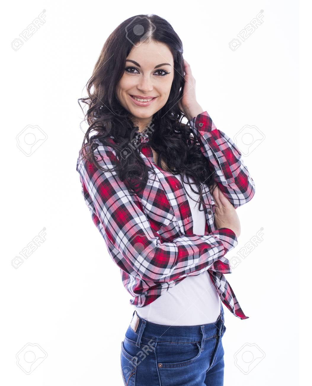 9716edbc46 Banque d'images - Bonne femme brune en jeans et une chemise rouge à carreaux,  isolé sur fond blanc