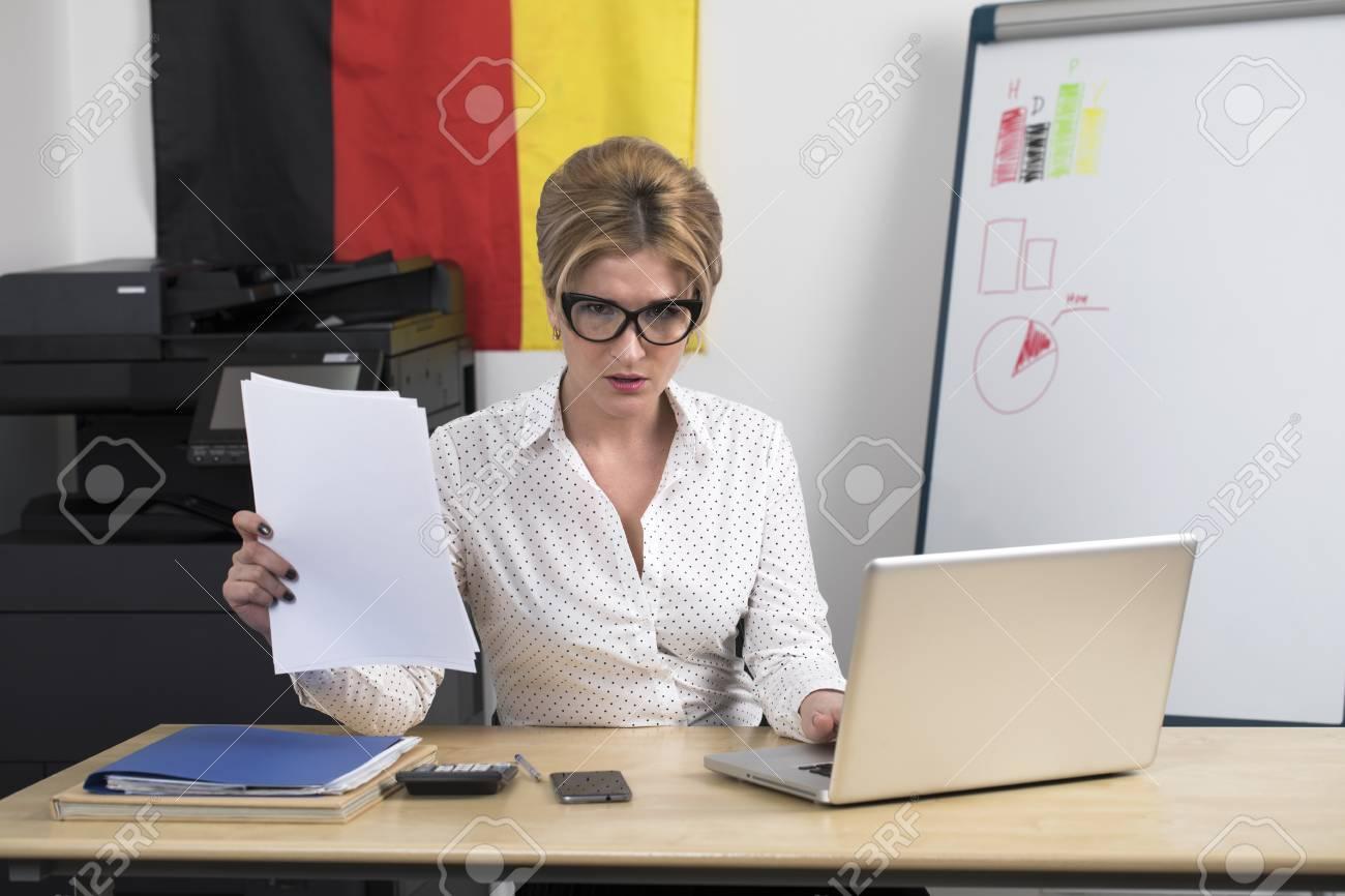 Secrétaire allemand au travail portrait d une jeune femme d