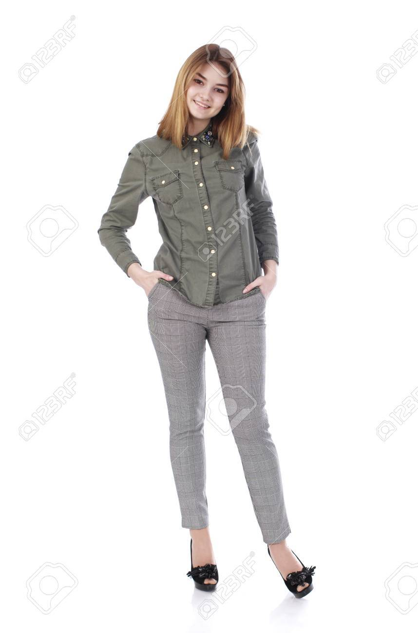 Junge Schöne Blonde Mädchen In Grauen Hosen Und Grüne Hemd Isoliert