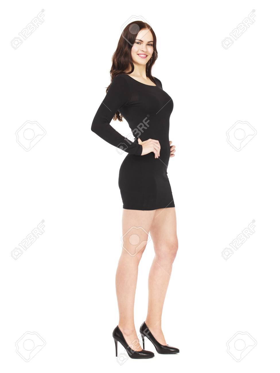 emballage élégant et robuste acheter pas cher le rapport qualité prix Portrait en pleine croissance d'une belle jeune femme brune en robe noire  sexy, isolée sur fond blanc