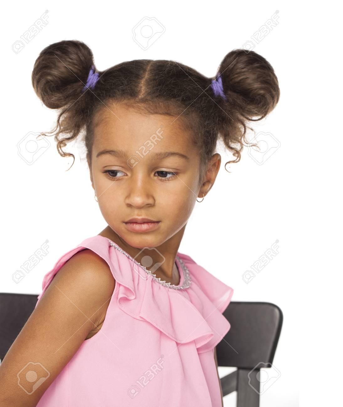Bouchent Le Portrait De La Petite Fille Africaine Avec Une Coiffure