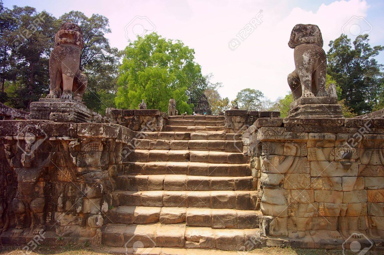 Escaleras De La Terraza De Los Elefantes Con El León Y Los Guardias De Seim Mono Camboya Cosechar