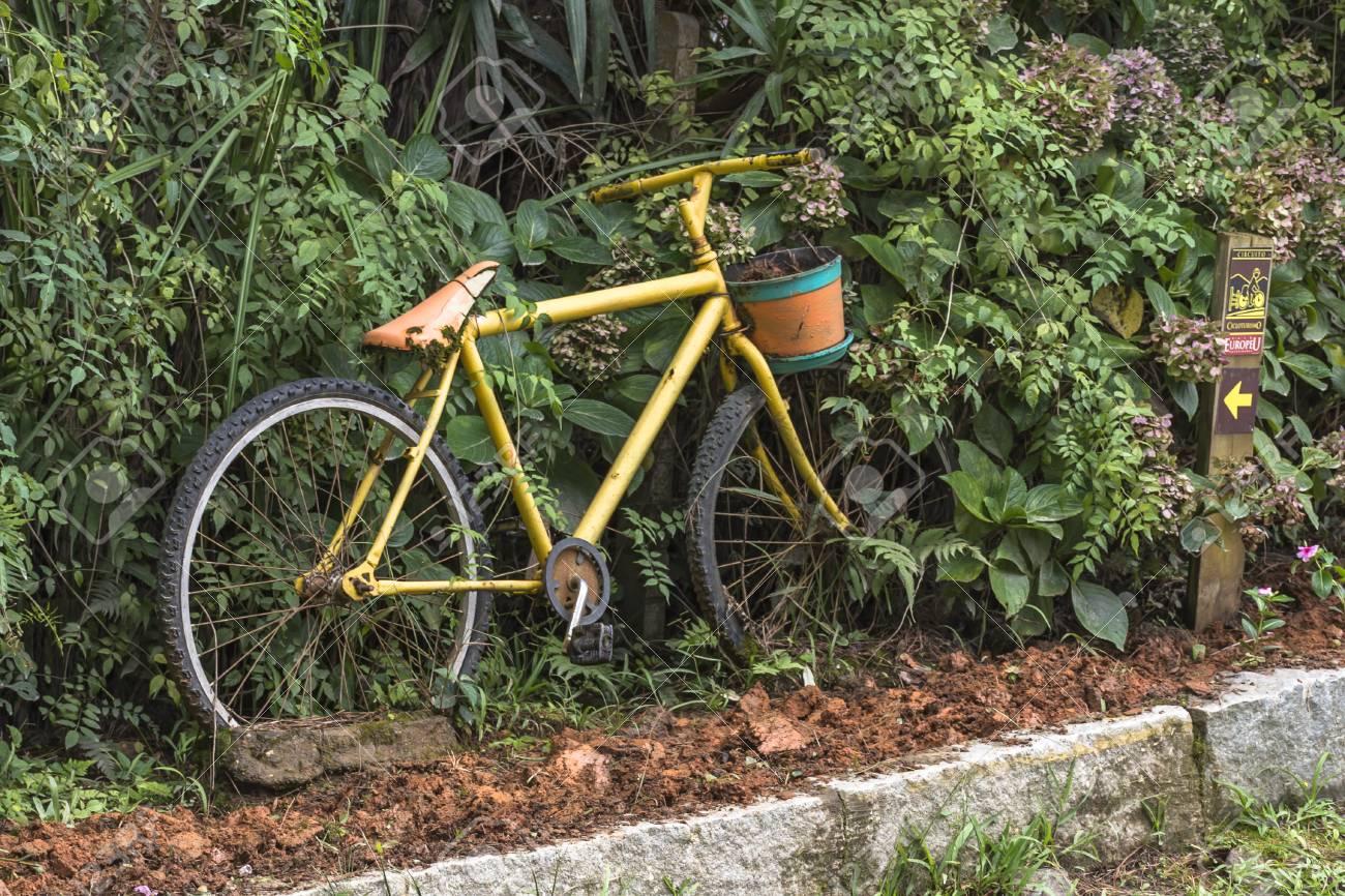 Décoration De Vélo Jaune Dans Le Jardin Banque D\'Images Et Photos ...