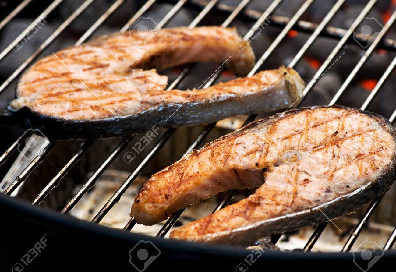 deliciosos filetes de salmn chuleta cocina en la parrilla sobre las brasas de una barbacoa para