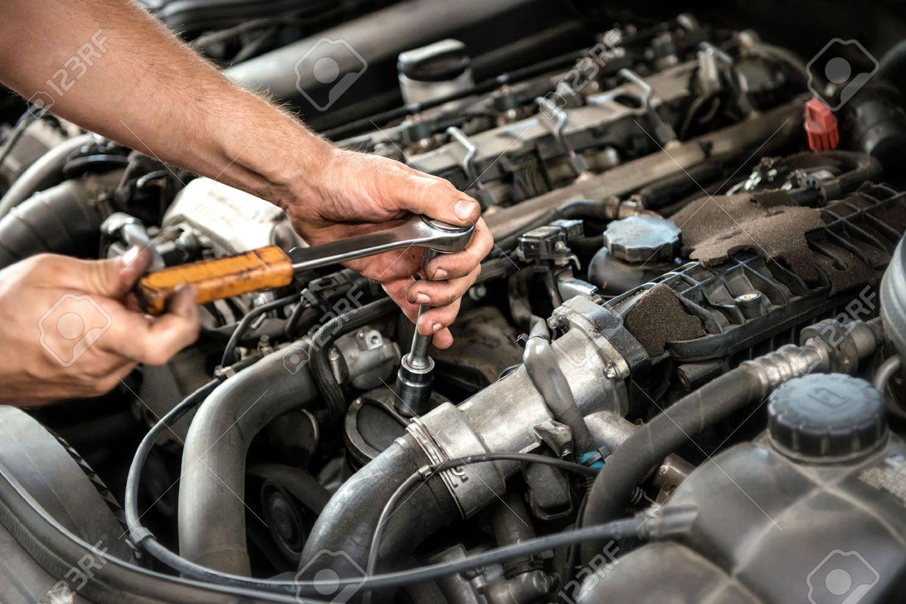 Mechaniker Mit Einem Schraubenschlüssel Und Steckdose Auf Dem Motor ...