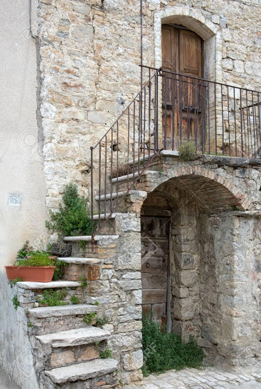 Entrée De Maison Avec Marche façade pittoresque d'une vieille maison en pierre avec marches en pierre  d'enroulement sur un arc à la porte d'entrée en bois