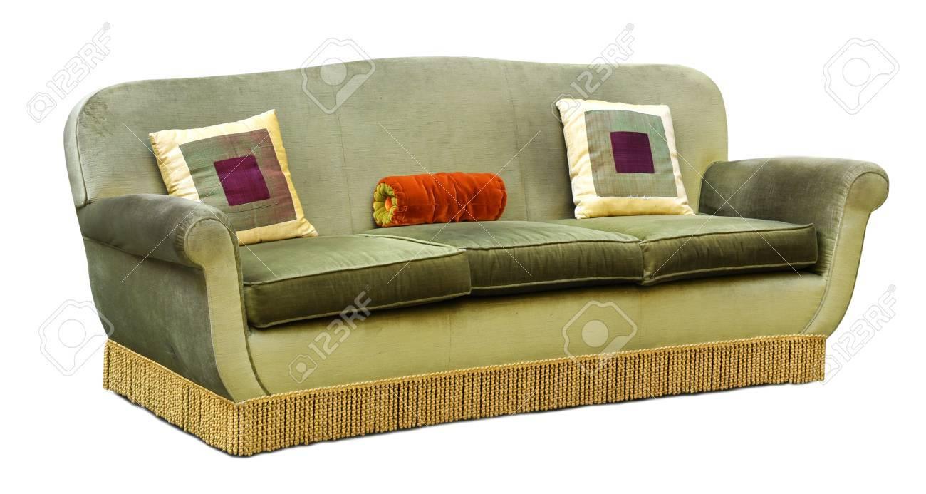 Cojines Cuadrados.Sofa O Sofa Tapizado De Tres Plazas De Terciopelo Verde Con Franja De Piso Largo Y Cojines Cuadrados Geometricos Aislados En Blanco