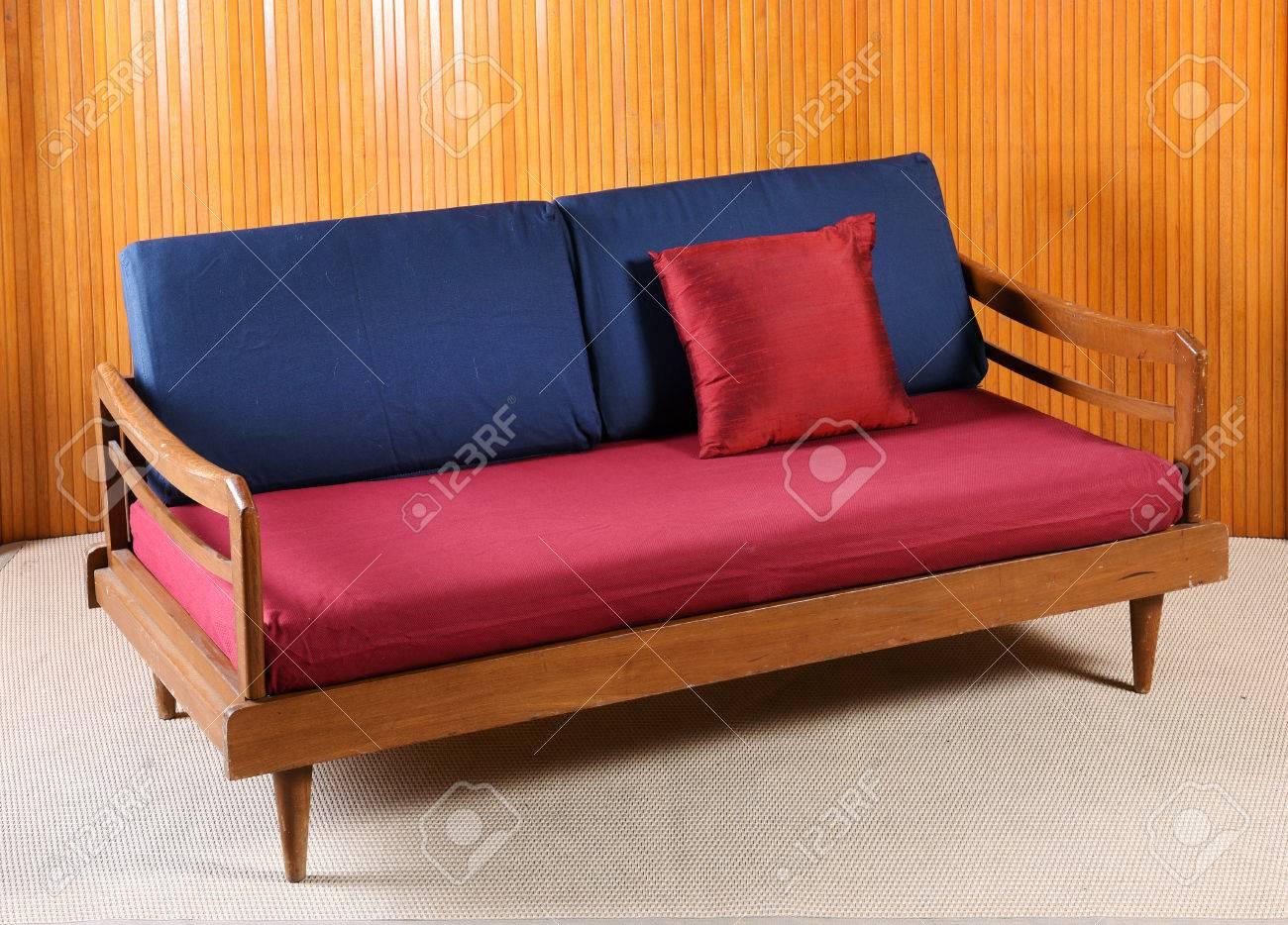 Sofá Tapizado Rojo Y Azul Vintage Con Un Marco De Madera Y ...
