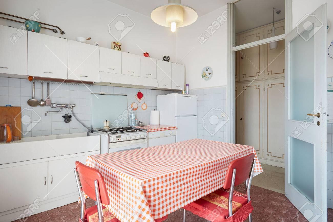 Interieur De Cuisine Dans La Vieille Maison Normale Banque D Images
