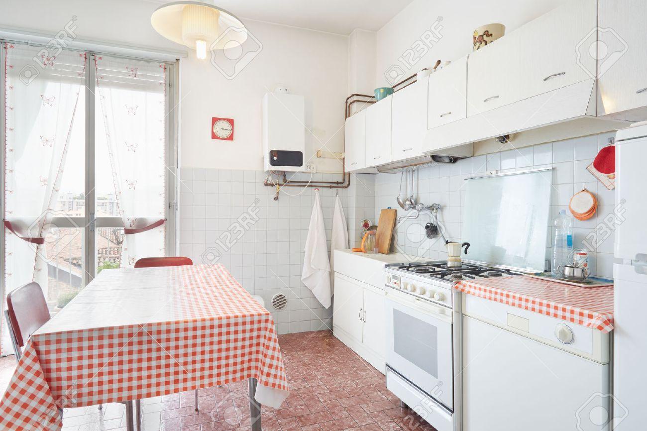 普通の家のインテリアで古いキッチン ロイヤリティーフリーフォト