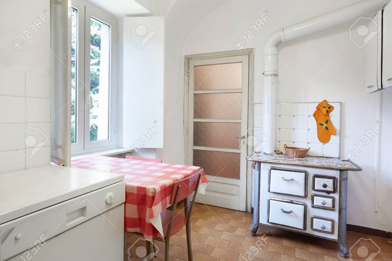 イタリアで普通の家のストーブで古いキッチン ロイヤリティーフリー