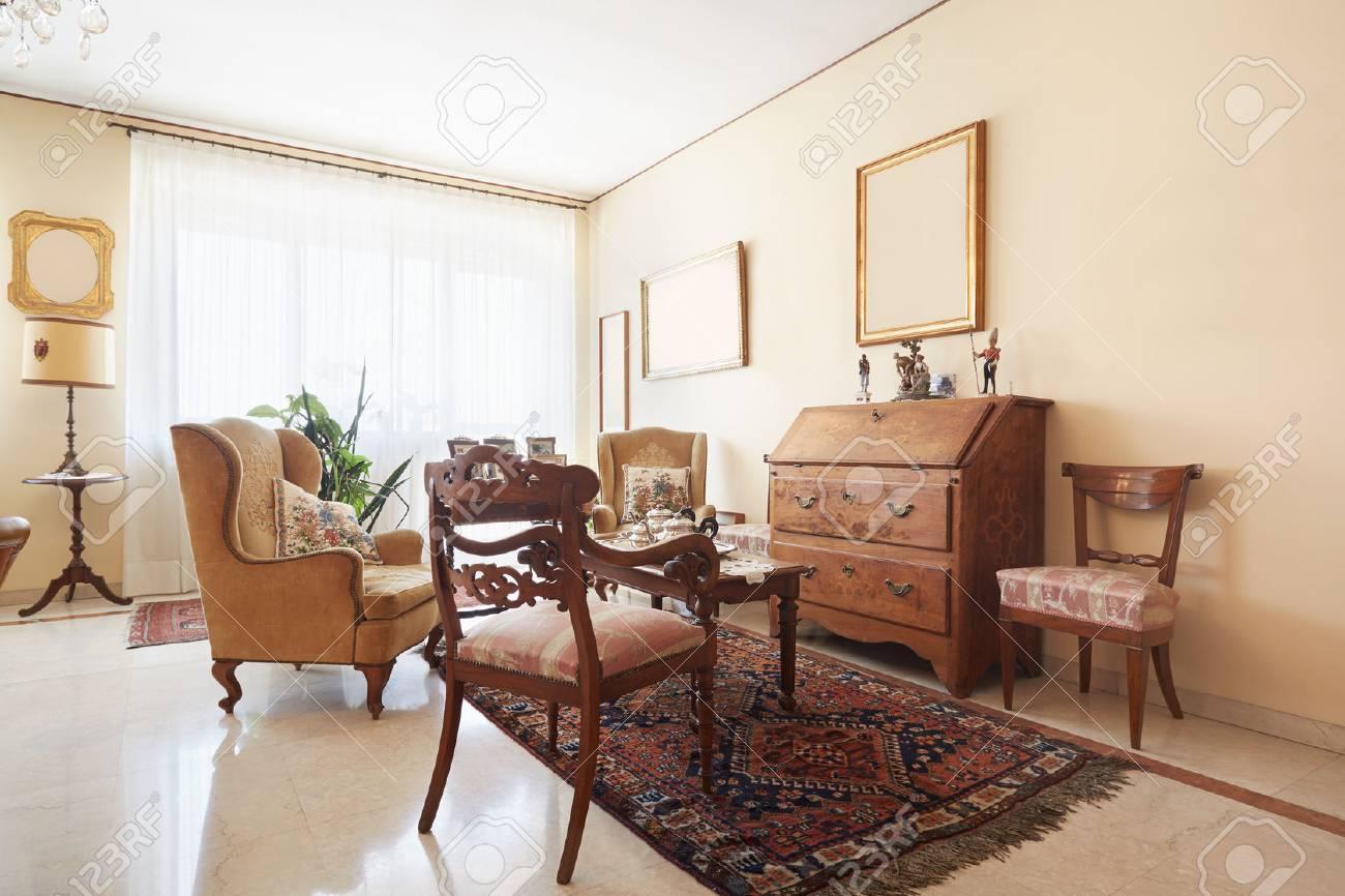 Wohnzimmer, Klassische Einrichtung Mit Antiquitäten Lizenzfreie ...