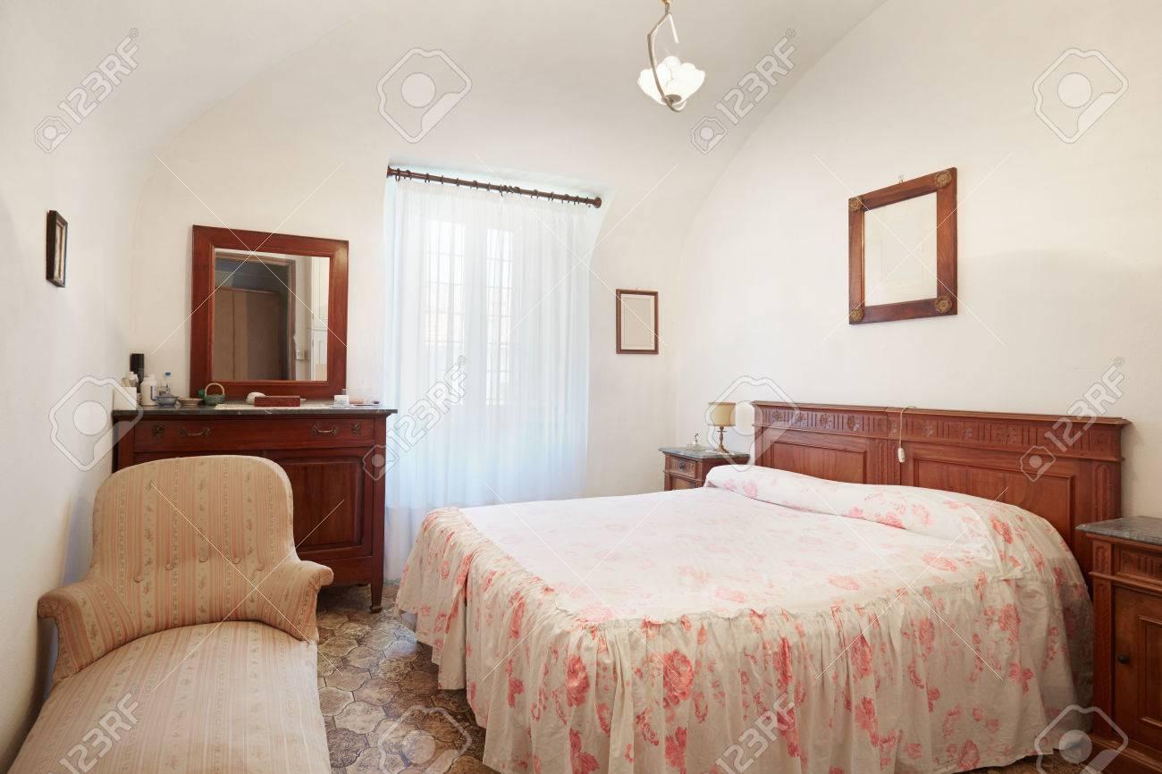 alte schlafzimmer mit queensize-bett im alten haus lizenzfreie, Schlafzimmer