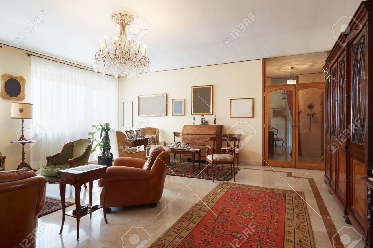 Salon Intérieur Italien Classique Avec Antiquités Banque Dimages