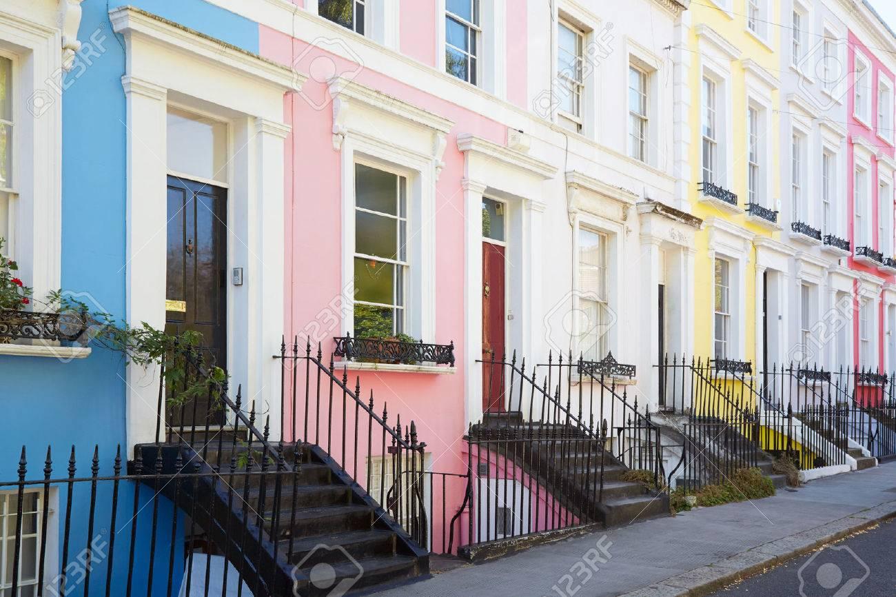Colorées maisons anglaises façades en couleurs bleues, roses, jaunes et  blanches à Londres